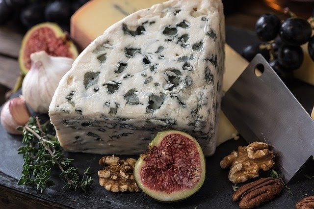 Herbed cheese with fig and nuts